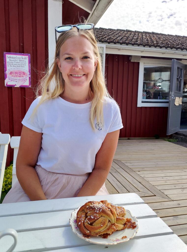 Emma med kanelbullar från Mormors Stenugnsbageri & Kaffestuga i Stora Rör på Öland.