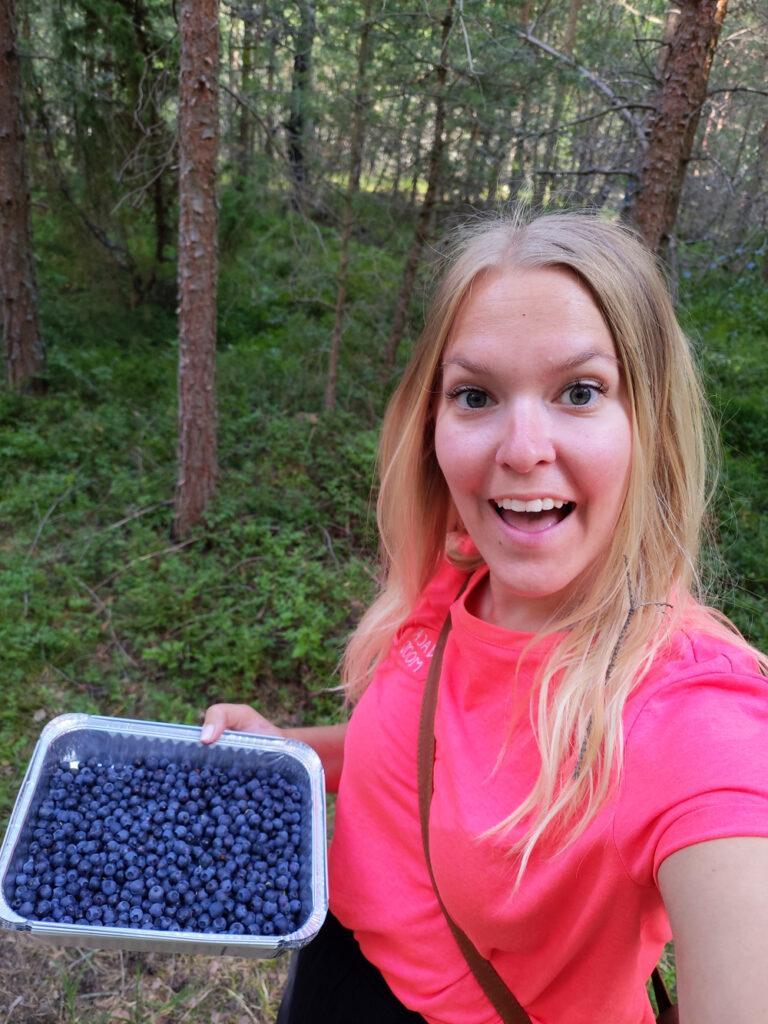 Emma med sina nyplockade blåbär i Rällaskogen vid Rälla på Öland.