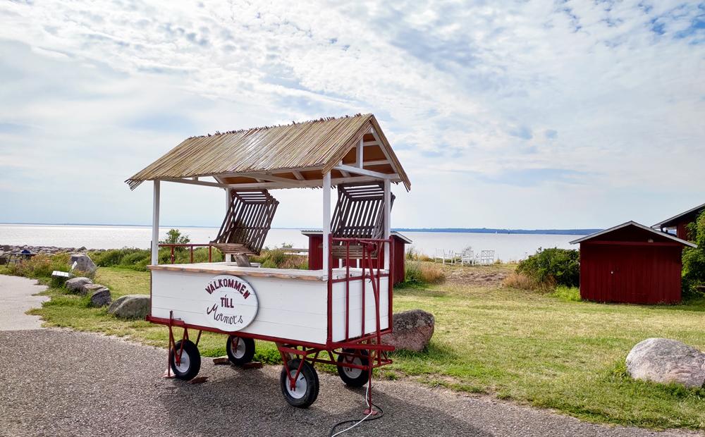 En liten vagn utanför Mormors Stenugnsbageri & Kaffestuga i Stora Rör på Öland.