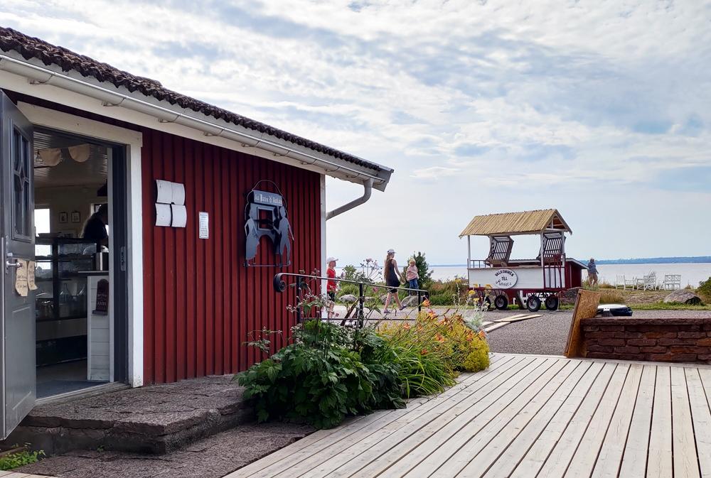 Trädgården utanför Mormors Stenugnsbageri & Kaffestuga i Stora Rör på Öland.