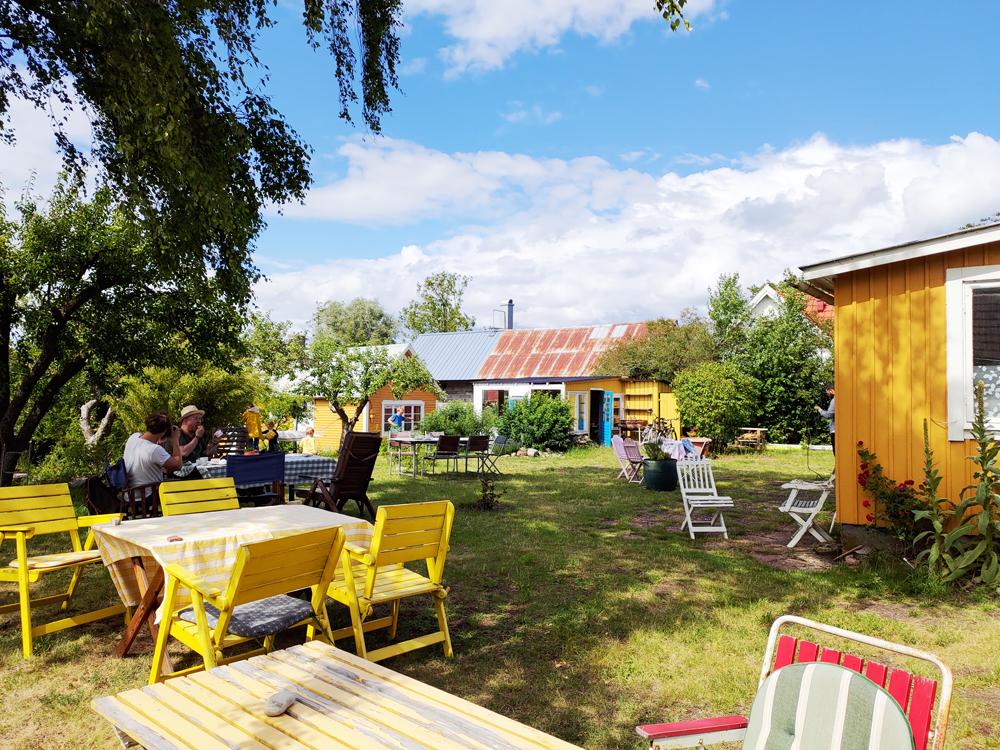 Foto av Runsten Säng och Frukosts trädgårdsservering.