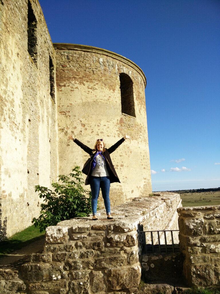 Foto på Emma som står på Borgholms slott med armarna i luften