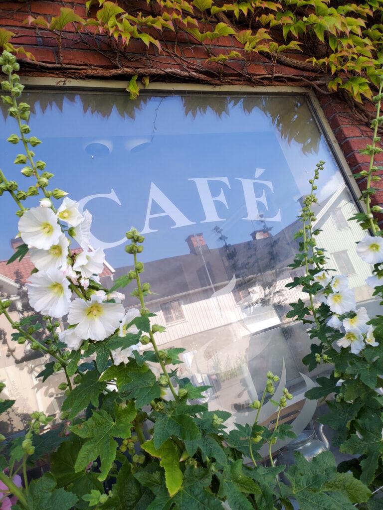"""Foto på fönstret med texten """"Café"""" hos Söderbönor Café i Mörbylånga på Öland"""