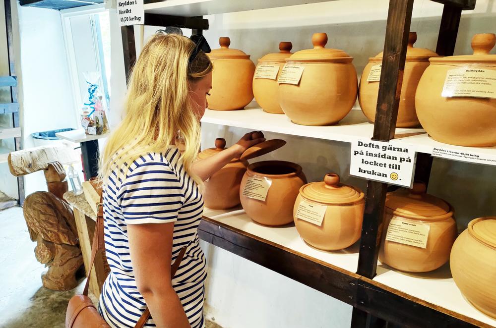 Foto av Emma som doftar på Ölands Örtagårds kryddblandningar