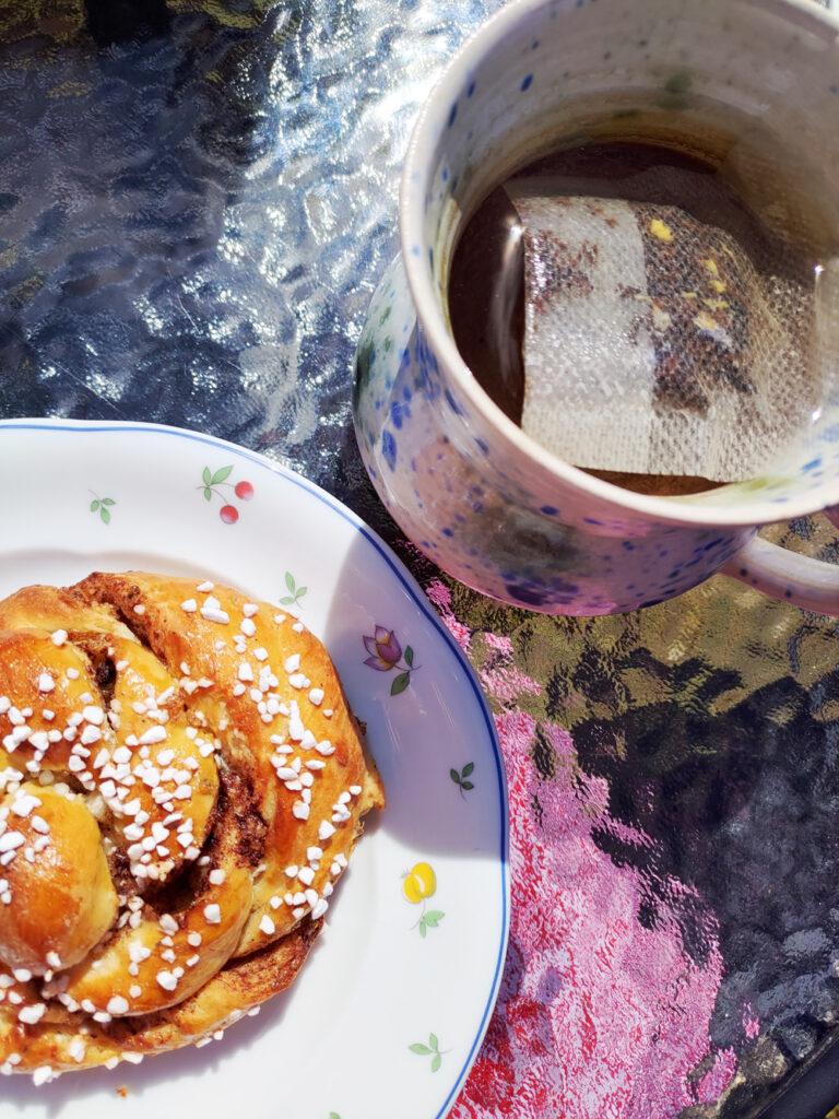 Foto på en kanelbulle och en kopp te hos Ölands Söderbönor Café i Mörbylånga på Öland