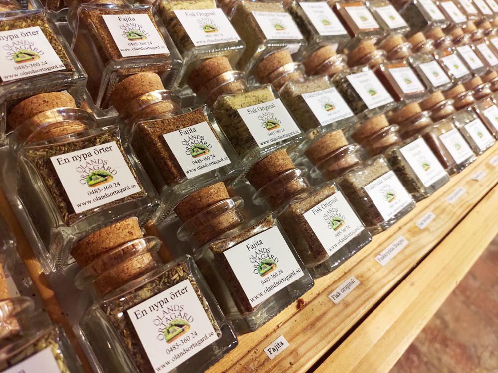 Foto på Ölands Örtagårds olika kryddblandningar i glasburk