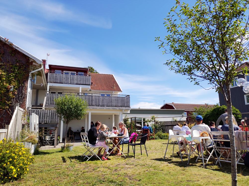 Foto på uteserveringen i trädgården hos Ölands Söderbönor Café i Mörbylånga på Öland.