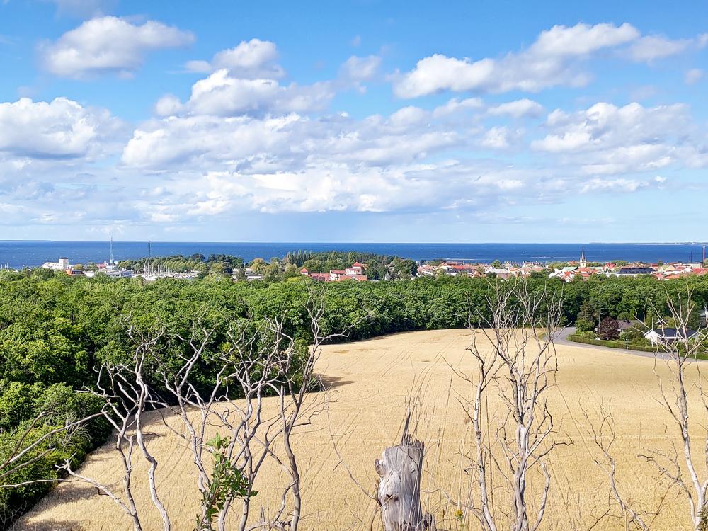 Foto över den fantastiska utsikten över Borgholm och Kalmarsund